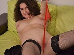 Gorgeous looking MILF loves to play with her pussy